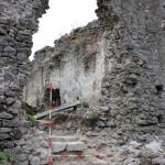 Odkopali sa staré schody, čo niekedy v minulosti niekto urobil v diere múru