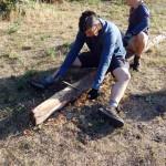 Popri tom sa ručne vytábal trám z červeného smreku, aby sa dal osadiť do rekonštruovaného muriva