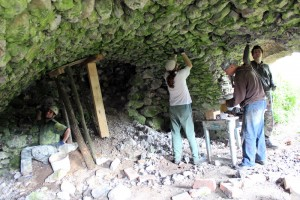 Začali sa práce na doplnení malty v škárach klenby pivničky - je to veľmi náročná, zdĺhavá a aj nebezpečná práca.