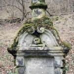 Lebka z náhrobku sa už nevedela dočkať návštevy - smutno jej bolo cez zimu samej