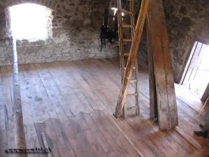 Keď preschol zmoknutý zásyp na pôvodnej tehlovej dlážke, tak sa zhotovila nová drevená podlaha, ktorá tú pôvodnú ochráni a umožní funkčné využitie miestnosti.