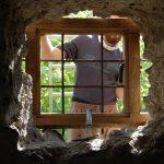 Osádzanie prvého dubového rámu okna